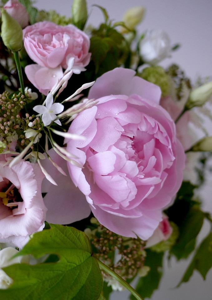 pivoine, rose, lisianthus, viburnum, freesia, jasmin, astilbe,