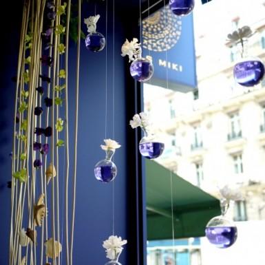 Decoration de vitrine chez PARIS MIKI.