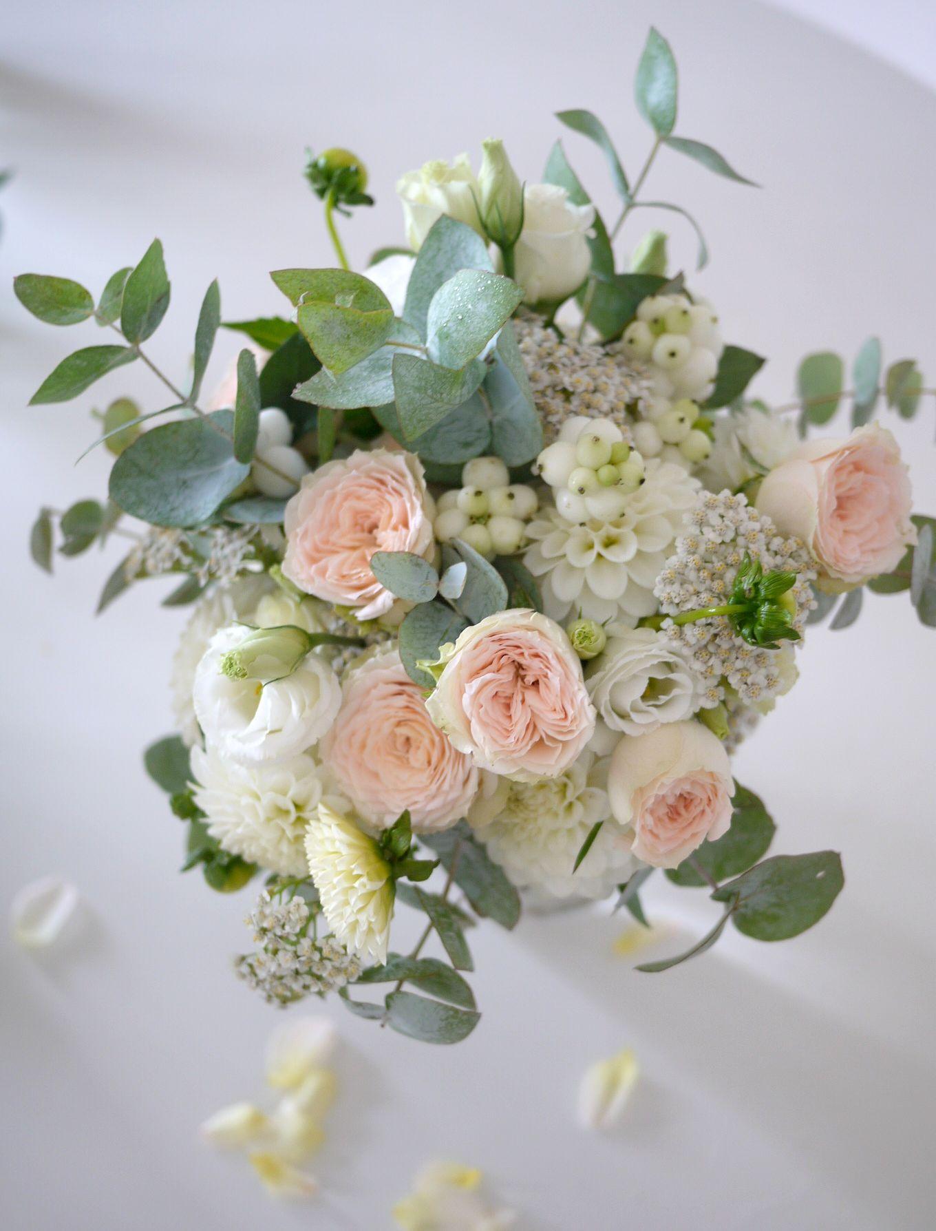 rose, lisianthus, symphoricarpos, eucharis, dahlia,